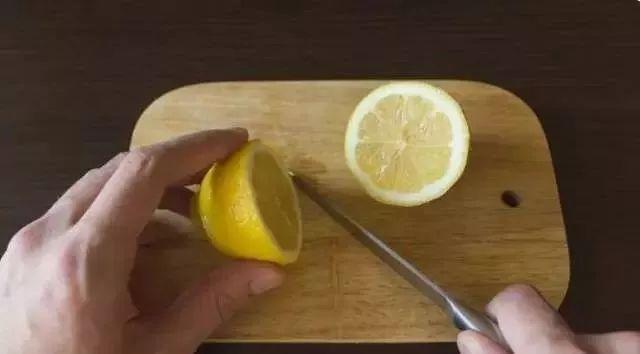 洗衣机太脏丢个柠檬进去就行?别闹!其实她是这么干的!