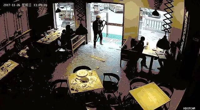 笑晕!外卖小哥取餐撞碎玻璃门吓到静止,手里还握着门把手...网友:超人送餐的第一天(有视频)